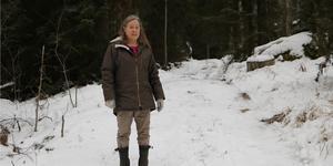 Inger Svedmyrs väg slingrar sig  genom grannens skog upp till hennes hus.