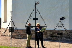 Lars-Olof och Birgit Öberg är som många andra fascinerade av gravvårdarna i Fryele.