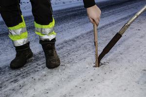 När det är två centimeter snö eller is på vägen ska den åtgärdas.