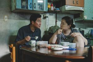 Pappan och mamman i familjen Kim funderar desperat över framtiden i