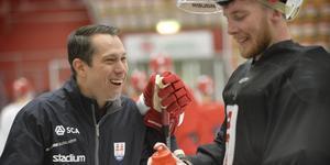 Detroit Red Wings scoutchef Phil Osaer surrar – och skrattar – med Timråmålvakten Victor Brattström. Bild: Andreas Lidén