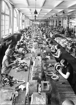 Asea-arbetare i Mimerverkstaden. Foto: ABB/Västmanlands läns museum