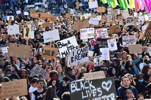 BLM-rörelsen kan öka vår medvetenhet om den strukturellarasismen och hjälpa oss att komma tillrätta med den, skriver artikelförfattarna. Foto: Jonas Ekströmer / TT.