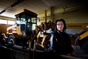 Karina Nylander som är ansvarig för drift och underhåll av kommunens är nöjd med den snöfattiga milda vintern även om hon inte vågar ropa hej. Hon påminner om att det ett år kom en halvmeter i maj.