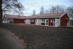 De sex lägenheterna i nybygget mäter drygt 40 kvadratmeter och liknar i stort bostäderna i gruppboendet vid Timmermansvägen som stod klart hösten 2013. På taket kommer det att installeras solpaneler.