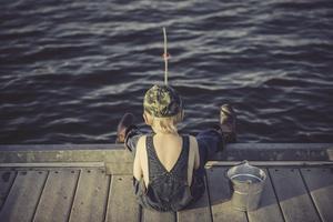 När mina barnbarn fiskar med spön kastar man eventuell fångst tillbaka i sjön. Det är min absoluta övertygelse att ett förbud mot spöfiske inte alls kommer att påverka storleken på fiskbeståndet. Däremot berövas mina barnbarn ett stort och viktigt naturintresse, skriver insändaren. Foto: Lorri Lang från Pixabay