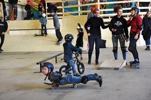 Intresset för skateboard spänner brett över åldrarna vilket den här  bilden visar.