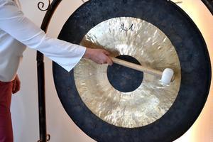 Ljud från universum tycks porla fram ur denna gong.