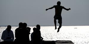 Man bör vara nykter när man hoppar i havet, anser Svenska Livräddningssällskapet.