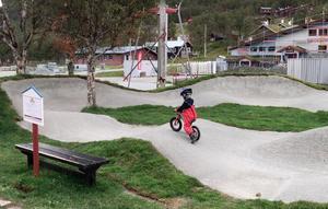 En så kallad pumptrack-bana för cyklar, liknande den på bilden, planeras att byggas i tre olika bostadsområden i kommunen. Banan ska även kunna användas för exempelvis skateboard, rullskridskor  och sparkcyklar. Bild: Sundsvalls kommun