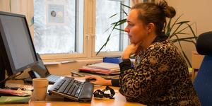 Linda-Marie Anttila (S) var inte kommunstyrelsens ordförande när tomterna såldes, men tycker att man borde följt byggnadsskyldigheten bättre.