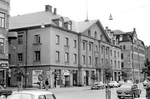 Kiosk i hörnet vid Järnvägsgatan 8, 1973. Fotograf: Okänd. (Bildkälla: Örebro stadsarkiv)