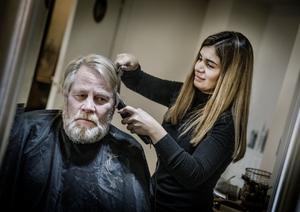 Leif Knifström var en av dem som nappade på Evan Yassens erbjudande om gratis hårklippning och rakning på onsdagen.