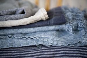 Tvättråden för linne anger ofta torktumling, vilket ska göra tyget mjukare. Men det kan förkorta livslängden, så det bästa är att låta dem självtorka. Foto: Henrik Montgomery/TT