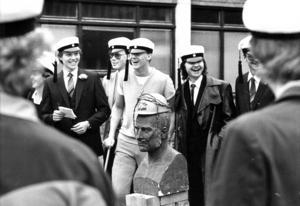 Om studenten var lite fint och formellt innan studentexamens avskaffande  så var firandet lite mer avslappnat på 1980-talet. men när teknikstudenterna på John Ericsson-skolan 1983 placerade bysten av John Ericsson på en soptunna och satte på den en bygghjälm tyckte ÖP att det var nog.