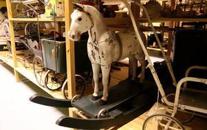 En gunghäst och en dockvagn finns med bland de äldre leksakerna i Roslagsmuseets samlingar.