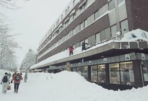 Tak skottades för fullt. Många tak över altaner, carportar hade rasat eller skadats under snömassorna.