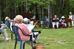 Ett 20-tal medlemmar samlades i det vackra vädret, i Prästbuan i Björbo.