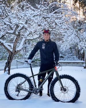 Med hjälp av ett antal olika modeller av cyklar kan Emil Thyrén vara ute och träna i de flesta väder. Det tycker han är en stor fördel mot skidåkningens ständiga jakt på snö.