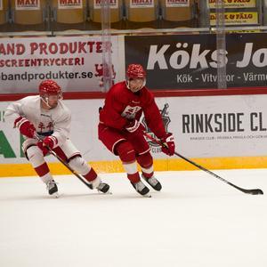 Fjellström håller undan från nye lagkamraten Sebastian Ohlsson på träning.