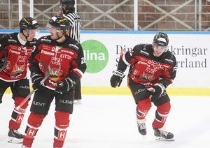 Albin Runesson (till höger) kunde inte sluta smila efter sitt superstiliga solomål som gav tunga 4–1 i andra perioden.