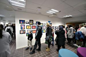Ett gemensamt projekt mellan elever på SFI och barn i åk 2 på Sätra skola hänger som utställning på Trampolin.