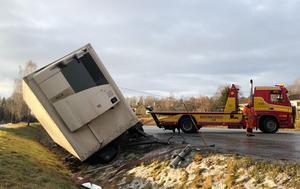 Vid lunchtid på söndagen bärgades lastbilen som hade kört i diket under natten.