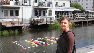 Karin Häll har använt städmaterial till verket