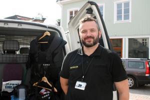 Joel Ekström visar upp utrustningen som han använder sig av i särskilt riskfyllda situationer: