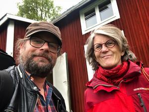 Ingela Hofsten och Kjell-Erik Eriksson utanför Lapp-Nilstorpet i Önet, Offerdal.
