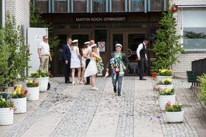 Glada studenter kom ut genom Martin Koch-gymnasiets dörrar under fredagen.