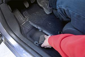 Under förarens fötter finns ett litet lönnfack i Renault Mégane.