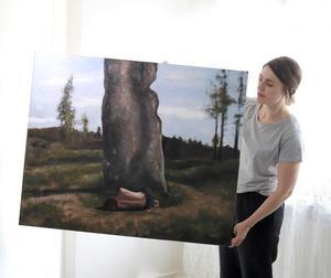 Ida Gudmundsson med ett av motiven som ställs ut från och med 29 juni på Malingsbo herrgård. Foto: Niclas Holmgren Persson