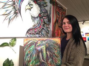 Salatjejen Jennie Lundin har djurmotiv på alla sina tavlor. Medan örnen är favoritmotivet så var det tavlan med elefanten som gjorde att hon blev upptäckt som konstnär.
