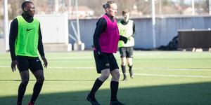 Douglas Karlberg, förra årets skyttekung har tidigare spelat till vänster men också centralt.