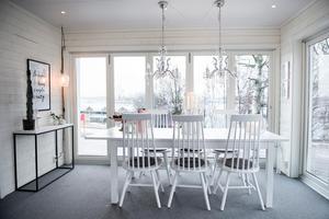 Lotta bjuder gärna över sina vänner på middag i det ljusa och nybyggda uterummet.