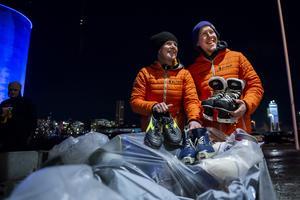 Mona Nilsson och Andreas Domeij från 1 life i Örnsköldsvik samlar in idrottsutrustning inför matchen mellan Modo och Mora. Foto: Erik Mårtensson / BILDBYRÅN