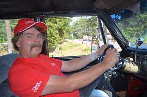 Initiativtagaren till åkgräsklippar-rallyt Bengt Öhman flyttade från Nacka till Vikarbyn för 9 nio år sen och jobbar till vardags på bilprovningen i Mora. Han äger själv ett flertal veteranbilar.