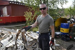 Tobias från den tyska brandstyrkan med en sönderbrönd slang.