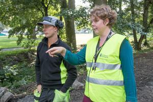 Grävmaskinisten Andreas Norgren och Frida Nordlund stämmer av så att de får bästa möjliga lösning i avslutningen av parken.