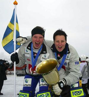 Linda Odén och Petra Lindefors höll nollan för Sverige i världsmästerskapet 2004. Här firar de båda målvakterna med pokalen. Bild: Sören Andersson, Bildbyrån