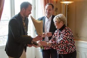 Patrik Lindström fick årets länspris för sin träningsmaskin. Här tar han emot blommor och diplom av landshövdingen Berit Högman.