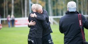 Tobias Eriksson kramar om Daniel Löwgren vid slutsignalen.