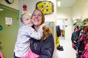 Föräldern Åsa Holmvall med dottern Freja, 6, är glada över tjänstemännens förslag om att Allsta skola blir kvar.