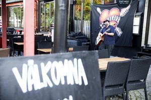 Varierande publikflöde på Live at heart. Här är det sångaren och poeten Summer Crowd Stereo från Hamburg som sjunger inför tomma bord utanför East west. Arkivbild: Daniel Patiño Flor