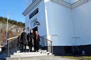 Silvia Kramer, prästkandidat, Beatrice Vall, komminister och Elisabeth Mårtensson, diakon på den nyrenoverade trappan utanför Tännäs kyrka. Foto: Jane Vikberg/Svenska kyrkan.