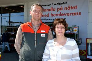 Stefan och Ulrika Bjälestig, handlare på Ica Maxi i Vetlanda, kan stoltsera med att ha länets billigaste matkasse. Det visar den senaste undersökningen från PRO. Bilden är från ett tidigare tillfälle.