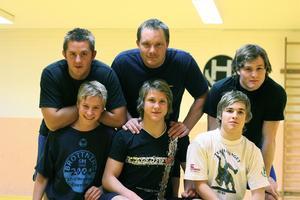 2006. Efter axelskadan i 18-årsåldern var brottarkarriären över för Christian Redén. I stället blev han tränare, och syns här uppe till vänster tillsammans med Mattias Pettersson, Kristofer Johansson, Emil Olsson, Mattias Hållén och Andreas Johansson.