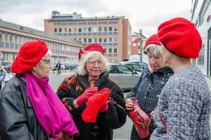 De röda mössorna är ett av kännetecknen för Tantpatrullen. Här tittar Christina Hermansson-Plaçon, Bitte Alling-Ode, Barbara Komnik och Mette Holck på en av mössorna som är stickad av Britt Jegerås.