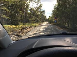 En nyligen gjord djup dikesskärning har gjort att vägen på Ören är väldigt smal och mötesplatser har förvunnit. Också det ska kommunen titta på.
